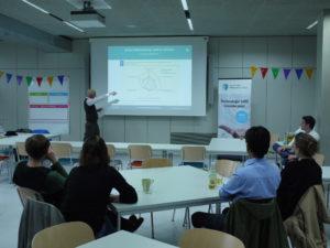 Jan Wunderlich präsentiert das Angebot des Masterstudiengangs. (Foto: Laura Bohnet)