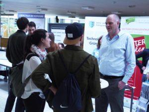Studiendekan Prof. Dr. Nils Högsdal berät interessierte Studenten zum Masterangebot. (Foto: HdM Startup Center)
