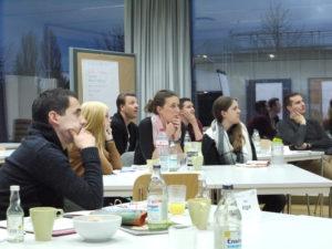 Die Studierenden verfolgen gespannt die Vorträge. (Foto: Martin Papendieck)